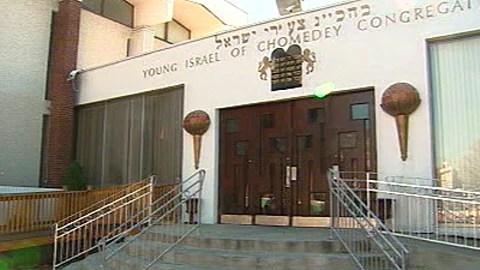 Une synagogue à Laval a été la cible le mois dernier d'un acte de vandalisme. 2300 litres de mazout ont été déversés sur le terrain.