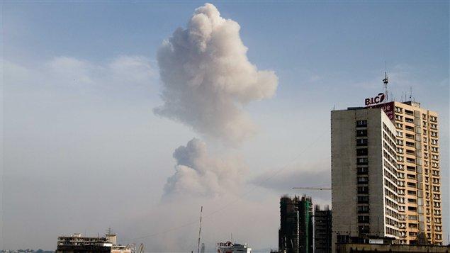 Le nuage de fumée provoqué par l'explosion survenue à Brazzaville, capitale du Congo, vu de l'autre côté du fleuve Congo, à Kinshasa, en République démocratique du Congo (RDC).