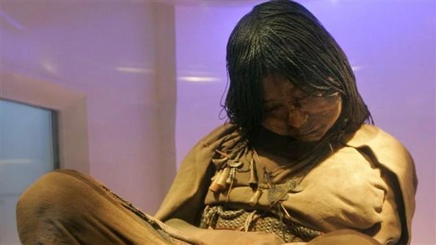La momie surnommée la «vierge des glaces», conservée dans une chambre réfrigérée au musée d'archéologie de Salta, en Argentine