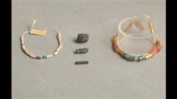 Les perles et les colliers découverts au même moment