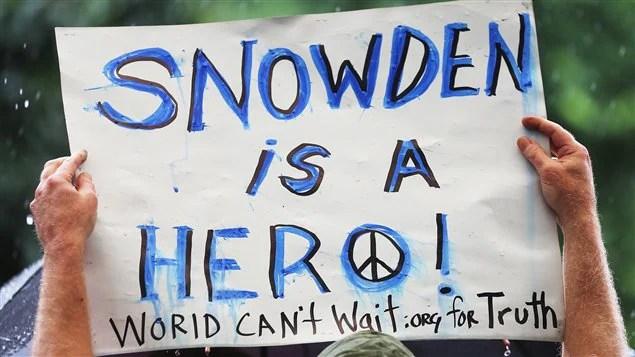 Un partisan d'Edward Snowden participe à un rassemblement de soutien à Manhattan le 10 juin 2013.