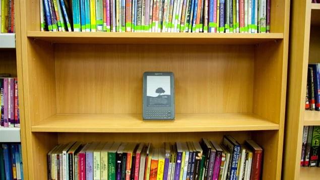 Liseuse sur les rayonnages d'une bibliothèque
