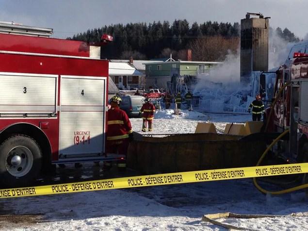 Les équipes s'activaient encore sur les lieux de l'incendie en fin de matinée jeudi.