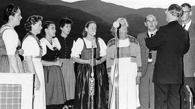 Quelques membres de la chorale de la famille von Trapp donnent un concert au Vermont, en 1966. Maria von Trapp est la troisième à partir de la gauche.