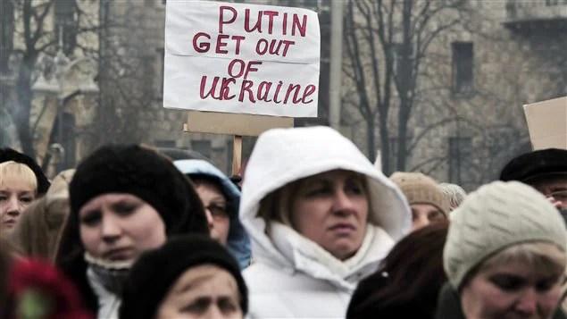 « Poutine, va-t'en de l'Ukraine! » Des milliers d'Ukrainiens ont manifesté à Kiev contre l'intervention russe en Crimée, le 2 mars 2014.