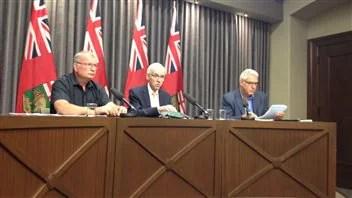 Le ministre responsbale des Mesures d'urgence au Manitoba, Steve Ashton (au centre), lors d'un point de presse sur les inondations mardi.