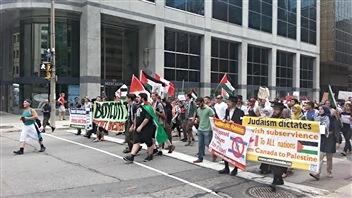 Les manifestants ont traversé les rues du centre-ville d'Ottawa pour se rendre devant l'ambassade d'Israël.