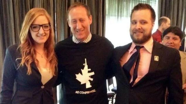 Peter MacKay, le ministre de la Justice du Canada, posant avec un chandail du lobby pro-armes NFA.