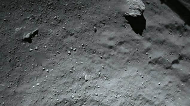 Image de la surface de la comète «Tchouri» alors que le robot Philae effectuait son approche et se trouvait à 40 mètres du sol.