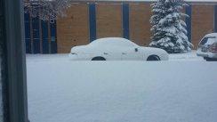 La neige recouvre une voiture à Saskatoon le 26 avril 2015.