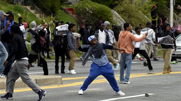 Des jeunes lancent des pierres sur les policiers et leurs véhicules.