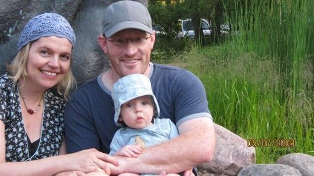 Sharon Bajer, son mari et son fils de six mois dans une photo de 2009. Jusqu'à la semaine dernière, cette photo était perdue au fond du lac Harmon, en Ontario, pendant six ans