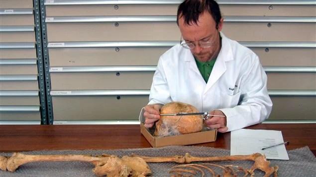 Un chercheur examine des ossements qui démontrent que les membres de l'expédition Franklin ont eu recours au cannibalisme.