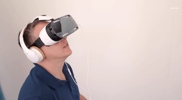 samsung_gear_vr_user_looking_around