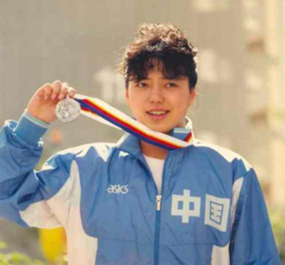 Xiaomin Huang, shown with her silver medal won at the 1988 Seoul Olympics. (Epoch Times/File Photo)