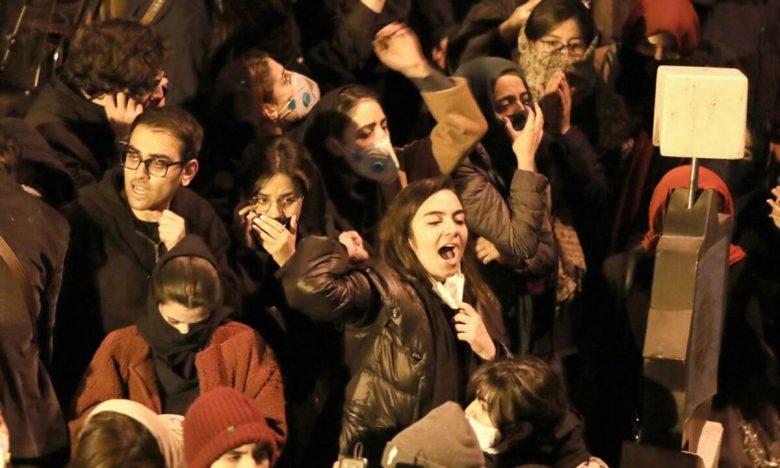 Iranians students chant slogans