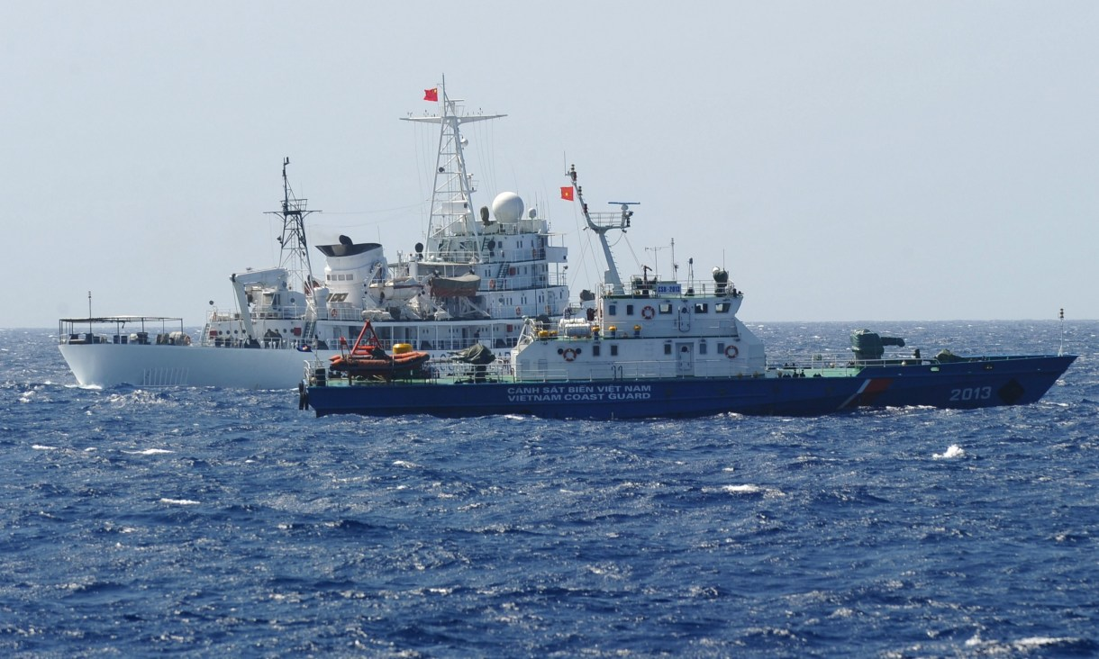 A Chinese coast guard ship (back) sailing next to a Vietnamese coast guard vessel (front) near China's oil drilling rig in disputed waters in the South China Sea on May 14, 2014。(HOANG DINH NAM/AFP via Getty Images)