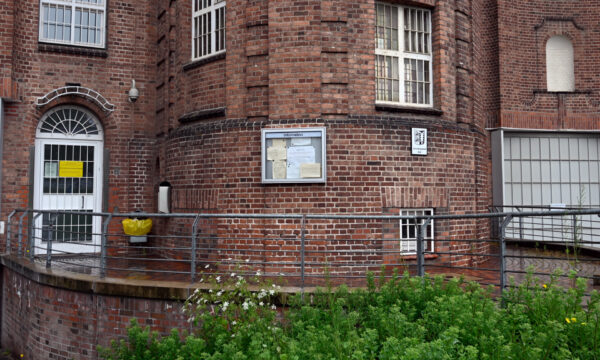 "the entrance to the ""Justizvollzugsanstalt Kiel"" prison"