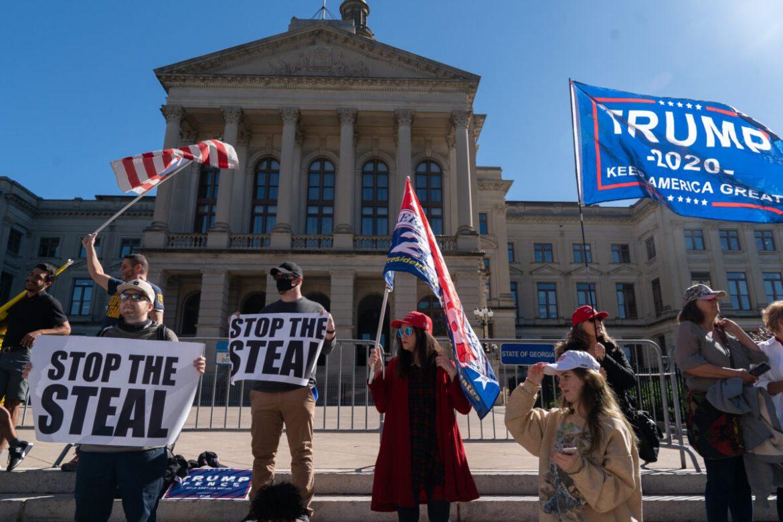 """Những người ủng hộ ủng hộ Trump tổ chức cuộc biểu tình """"Ngăn chặn việc ăn cắp"""" ở Atlanta, khi báo cáo của bang sắp kết thúc"""