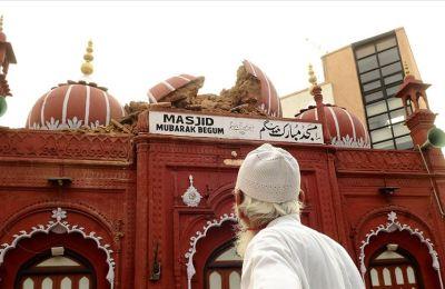 Muson yağmurları Yeni Delhi'deki tarihi camiye zarar verdi