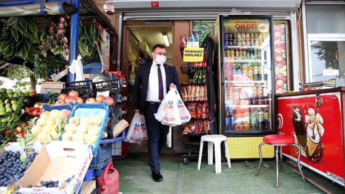 Mahalle muhtarı karantinadaki Kovid-19 hastalarının alışverişini yapıyor