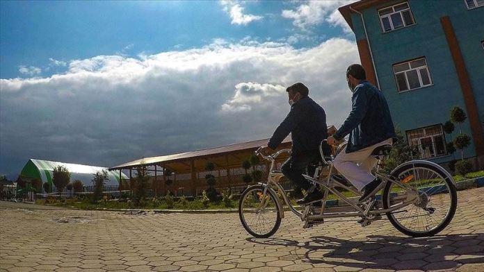 Birbirlerine 'ayak' ve 'göz' olan arkadaşların 'bisiklet aşkı' engel tanımadı