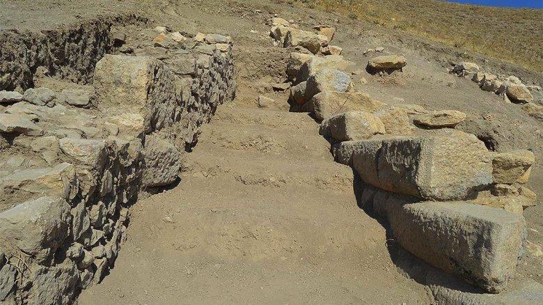 1602757010 678 apameia antik kenti yakininda helenistik doneme ait duvar bulundu