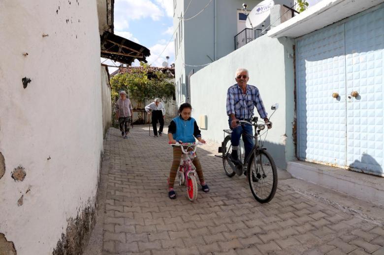 1603103225 330 baba yadigari ruhsatli ve plakali bisiklete gozu gibi bakiyor