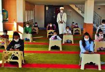 Mahalle imamı camiyi namaz vakitleri dışında sınıfa dönüştürüyor