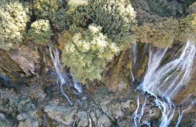 Kışın buz tutan Girlevik Şelalesi sonbaharda ayrı güzellik sunuyor