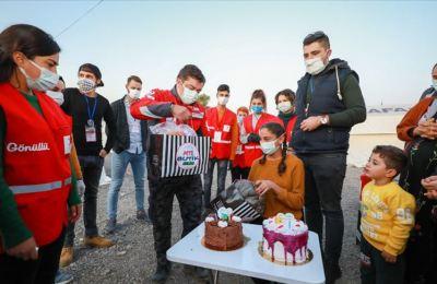 Depremin iki kez 'sarstığı' Meryem'e çadır kentte sürpriz doğum günü kutlaması