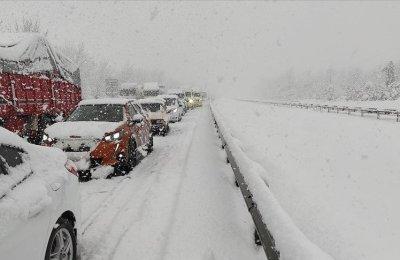 Yoğun kar nedeniyle Anadolu Otoyolu'nda kilometrelerce kuyruk oluştu