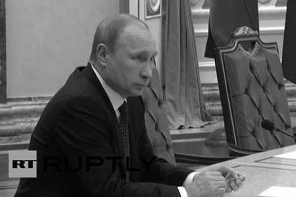 Украинские СМИ придумали, что Путин во время переговоров от напряжения сломал карандаш. Нечто подобное год назад сделал экс-президент Украины Виктор Янукович. Разница лишь в том, что Путин положил канцелярское изделие обратно на стол и ничего не ломал