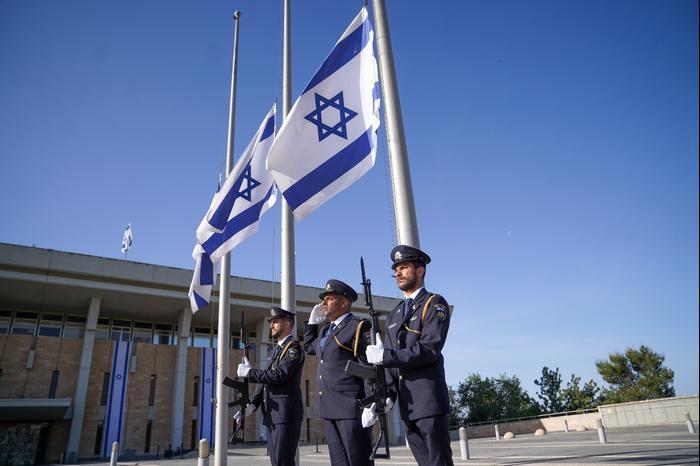 Le désastre de Meron  Abaissement des drapeaux d'État en berne sur la place de la Knesset le 2 mai 2021. Noam Moshkovitz, porte-parole de la Knesset, site officiel