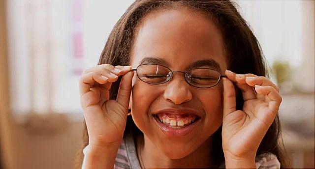 fille avec des lunettes souriant