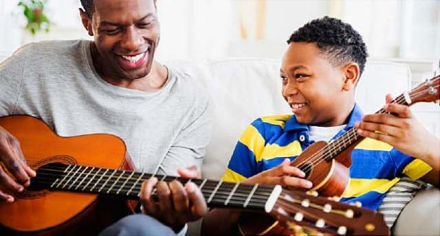 père fils jouer de la guitare