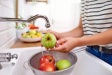 washing apple