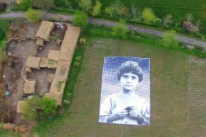 Ein riesiges Poster eines Mädchens, dessen Eltern von einer US-Drohne getötet worden sein sollen, liegt auf einem Feld in der pakistanischen Provinz Khyber Pakhtunkhwa