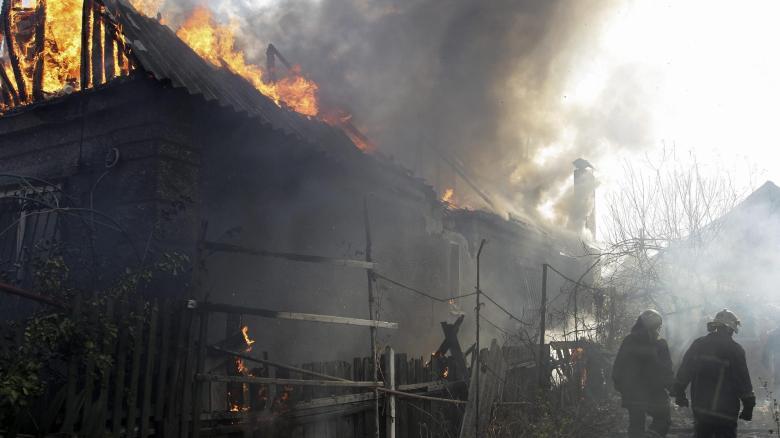 Feuerwehrmänner nach einem Angriff auf Donezk am 5. Oktober. Am selben Tag soll die ukrainische Armee Streubomben eingesetzt haben