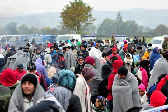 In warme Decken gehüllt warten Migranten an der slowenisch-kroatischen Grenze