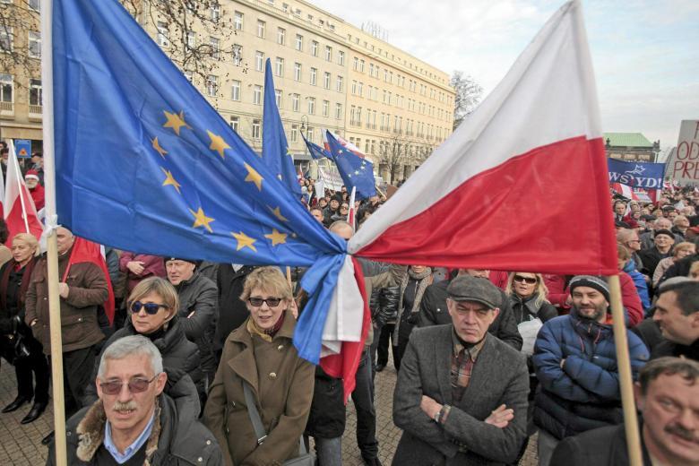 Regierungskritische Proteste in Poznan: Polnische und europäische Flagge eng verknotet – viele Polen fürchten, dass sich ihr Land unter der neuen Führung von Europa entfernt