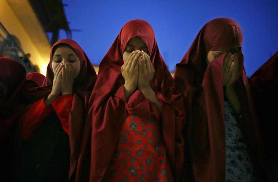 Mädchen der Koranschule Jamia Hafsa beim Gebet. Die Terroraktionen von Schülerinnen des Instituts lösten wochenlange Kämpfe aus
