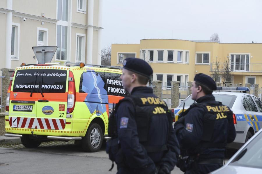 Polizeikräfte vor der Residenz des palästinensischen Botschafters in Tschechien in einem Prager Vorort