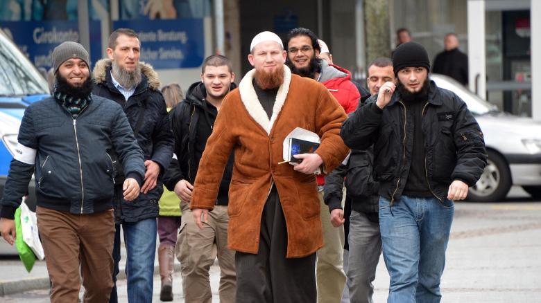 Salafisten um den beliebten Prediger Pierre Vogel (M.) im Januar vor einer Kundgebung auf dem Marktplatz in Pforzheim. Terrormilizionäre aus Deutschland radikalisieren sich häufig in Moscheen dieser Ausprägung des Islam