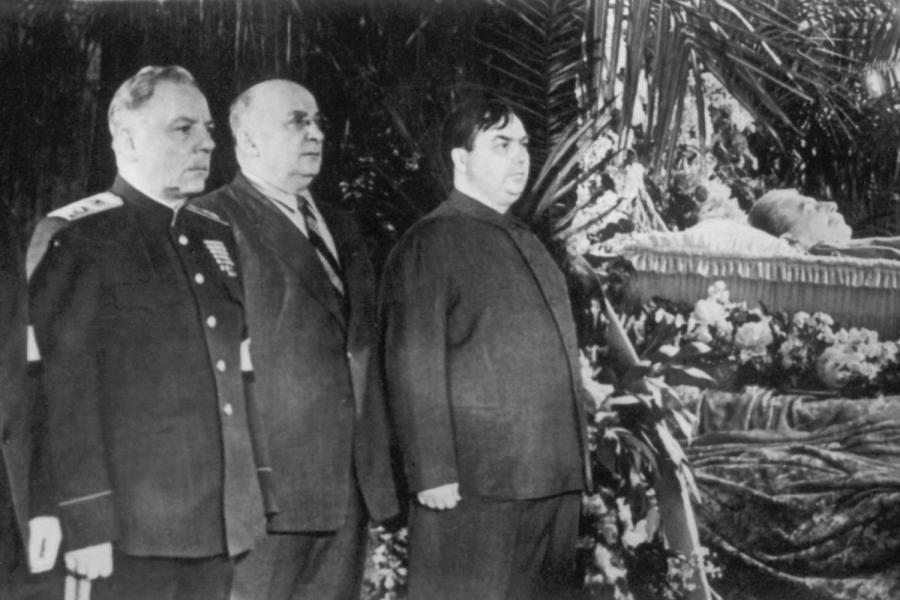 https://i2.wp.com/img.welt.de/img/geschichte/crop114058549/4126934510-ci3x2l-w900/Totenwache-fuer-Stalin.jpg