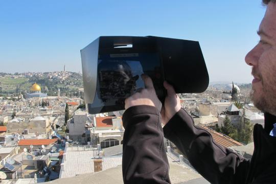<br /><br /><br /><br /><br /><br /><br /> Ein Besucher vergleicht die heutige Ansicht der Altstadt von Jerusalem mit der digitalen Rekonstruktion auf einem Tablet. Das Stadtmuseum setzt auf virtuell erweiterte Wirklichkeit<br /><br /><br /><br /><br /><br /><br />