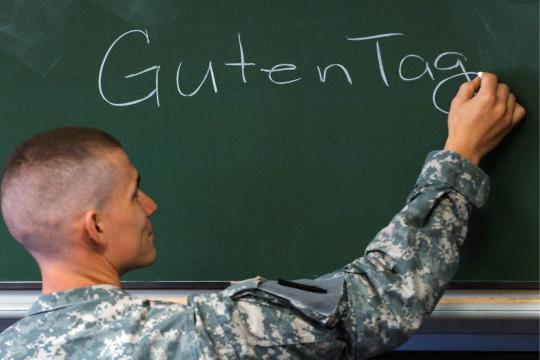 https://i2.wp.com/img.welt.de/img/literarischewelt/crop119846160/6869733636-ci3x2l-w540/Ein-US-Soldat-schreibt-Guten-Tag-auf-eine-Tafel-in-einem-Klassenzimmer-der.jpg