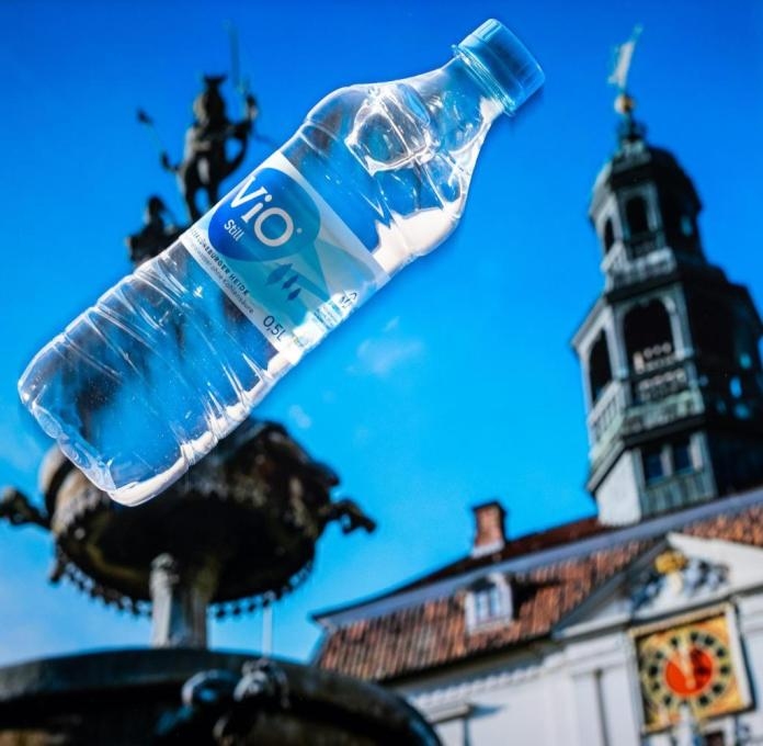A bottle of Vio in front of the Lüneburg town hall - the water creates jobs, but also siphons off resources