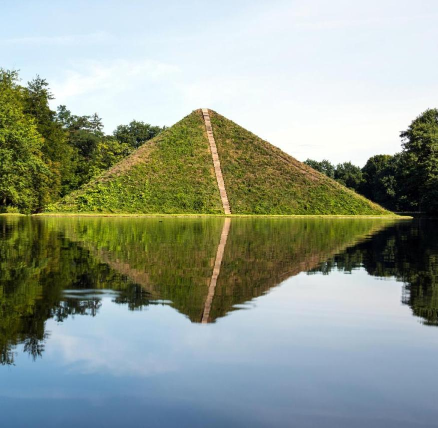 With its vegetation, Prince Pückler's pyramid fits harmoniously into the landscape