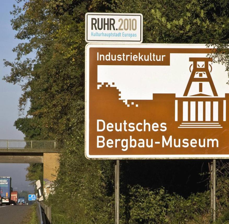 Information sign on the German Mining Museum as an industrial cultural landmark on the A 43 motorway, information sign on a highway in the Ruhr area about the German Mining Museum, Deutsches Bergbau-Museum Bochum